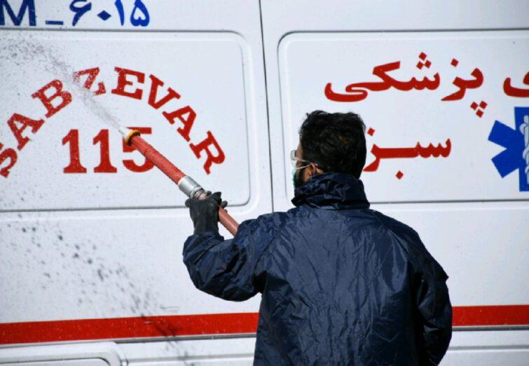 ضدعفونی کردن معابر و مراکز بیمارستانی سبزوار توسط سپاه پاسداران